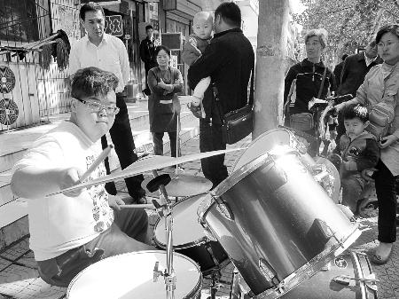 街头的快乐鼓手
