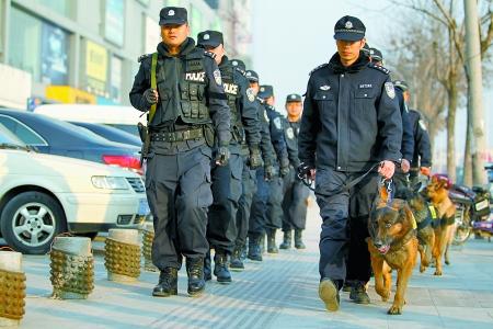 空中有直升机,地上有巡逻警犬,人群里有便衣警察