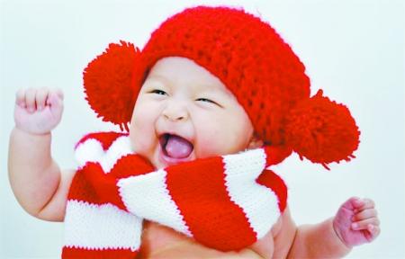 笑得很可爱的小孩