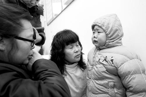 多年以后吉他谱单南玛子呷-乍见时,儿不认母,母(左一)子对视泪长流.   □记者 韩聪聪 张鸿飞