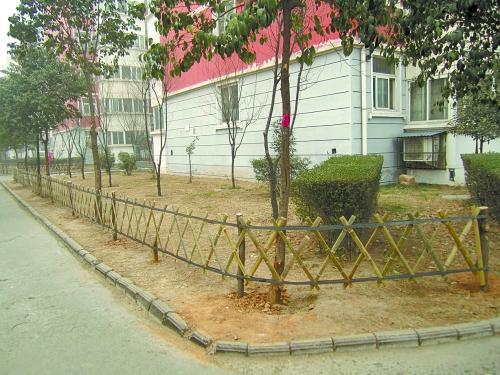 物业建造木栅栏保护绿地