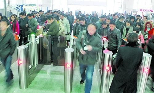 与去年相比,火车站,飞机场发送旅客较去年仍属增长态势,而汽车客运量