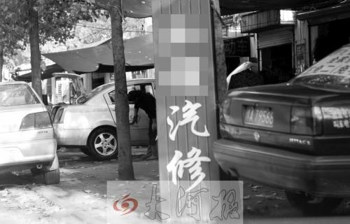 在郑州市宁平街,一辆出租车正在喷漆。