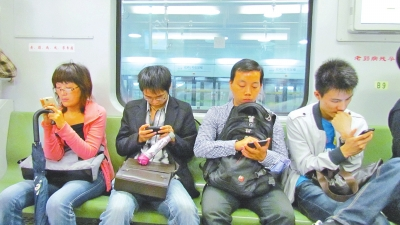 坐在你面前你却低头玩手机
