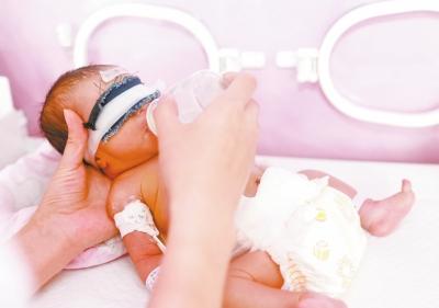 她的手掌非常小,细细的手指时不时微微聚拢一下,非常可爱.