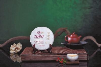 记者王惟一 10月17日至20日,有茶生活2014第二届中原茶生活博览会即将在郑州国际会展中心举办。随着展期的临近,招商工作渐入尾声,参展茶企的名单也一一确定下来。与去年相比,今年将会有哪些新面孔走入中原茶生活呢?记者先为您打探一番 百中堂:纯料普洱高端大气 作为本届茶生活博览会的第一个五星战略合作伙伴,百中堂的名字对人们来说也许还有点陌生;不过,提起普洱茶十大品牌之一的郎河,很多茶友就知道了。