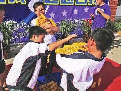 """不断有学生为参赛选手献上""""金点子"""".图片"""