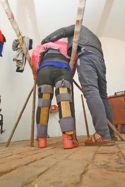 90后小伙儿自制双杠,每天帮瘫痪女友做康复训练