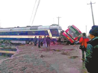 平顶山一货物列车与大货车发生相撞脱轨