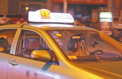 郑州黑车司机偷顶灯冒充正规出租车 呼吁加大监管