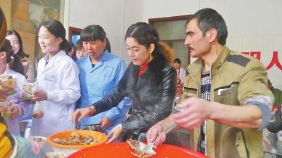 """新疆维吾尔族同胞为金庚医院的医护人员盛上热气腾腾的""""手抓饭""""图片"""