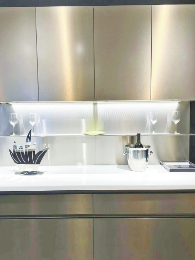 志邦这款橱柜设计摒弃原有厨房设计中占绝对主体地位的吊柜与地