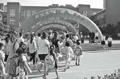 郑州经开区实验小学一年级新生入学,孩子们踏着欢快的节奏走过三