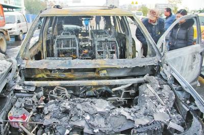 前车灯被火熔化,挡风玻璃被道奇轿车爆炸后溅起的碎片砸烂.
