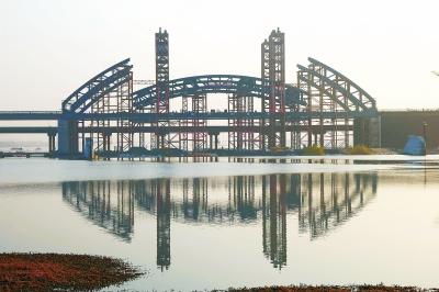 东环路跨洛河桥是洛河上第一座真正意义上的钢结构桥,同时还兼具
