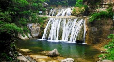 二龙山风景区位于中国南阳伏牛山世界地质公园核心位置,因十座