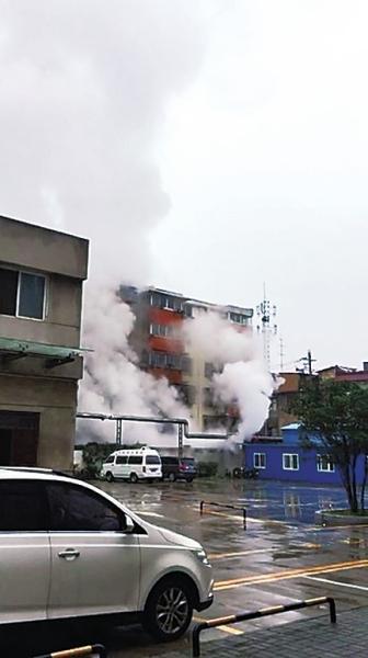 管道崩裂喷出大量白色蒸汽