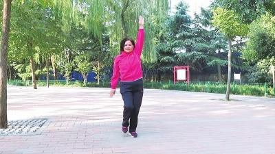 她61岁跳舞近十年依然在坚持