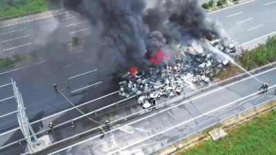 高速路上货车自燃一车冰箱全报废