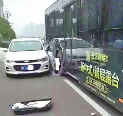 """安阳女司机开门下车时被公交车挤压身亡 多地现""""开门杀""""案例"""