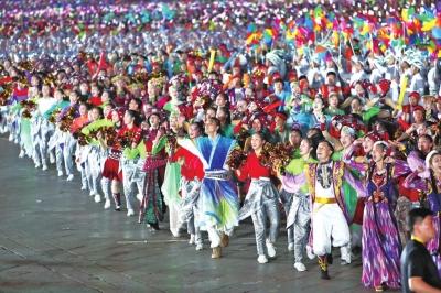 数万群众欢歌热舞讴歌新时代