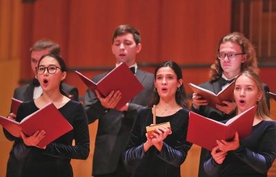 俄罗斯大学生敲着梆子唱合唱