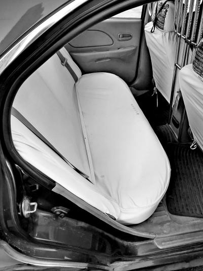 """坐出租车后排,想要安全没有""""带""""?安全带竟然全部包裹在座椅套座下!"""
