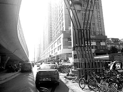 郑州经三路巨型线塔被挪走 广大市民拍手称赞