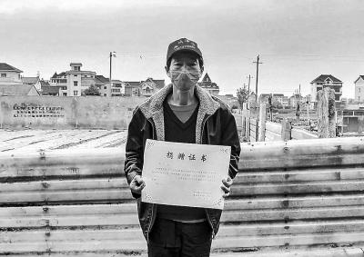 河南大叔为抗疫瞒着家人捐近13万元 当地镇政府考虑其家境退还12万 面对他人质疑,他最终选择不在意