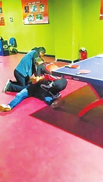 迎双节乒乓球比赛现场 一男子教科书式操作救回心脏骤停20分钟的患者