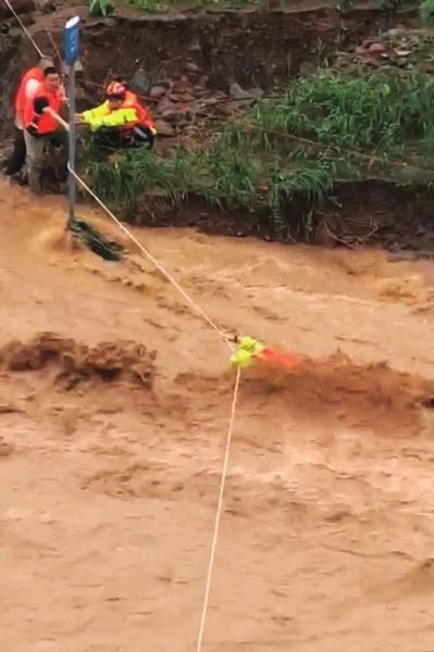 放心!被洪水卷走的消防员找到了!他瘸着腿仍在参与救援