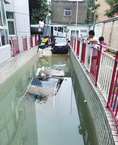 郑州一汽车堵住停车库门口导致全车库车辆被淹