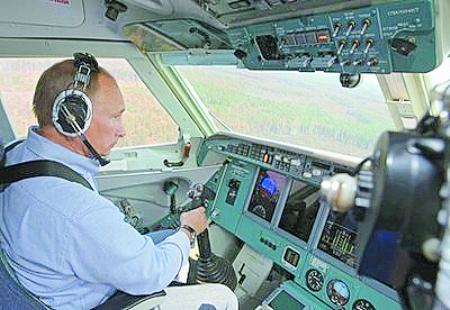 飞机起飞不久,他突然进入驾驶舱,坐到副驾驶位置上.
