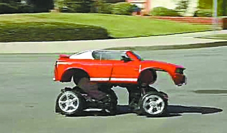 """变形金刚迷.他用二手玩具车部件制作""""汽车外套"""",穿上后在高清图片"""