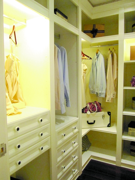 同时,整个衣柜的设计能很好地融入整个房子的设计,和谐大气.