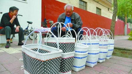 退休后,他开始用包装捆扎带编制菜篮子.