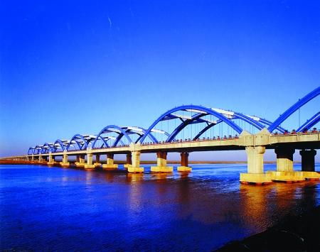 京港澳高速公路郑州黄河大桥已成为河南省的地标性工程濮鹤高速公路