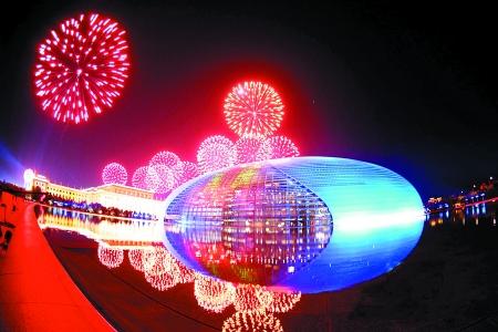 天安门广场举行烟花表演.