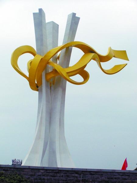 黄色的丝带连心结在空中高高飘扬,象征着河南四川两省人民的友谊,诠释