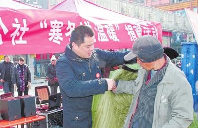 """1月3日,鹿邑县爱心人士组成的\""""道德公社\""""在县城举行\""""寒冬送温"""