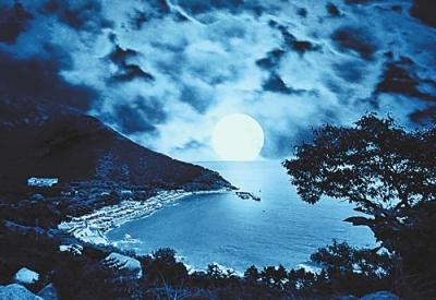 中秋之夜,明月东升,登上青岛崂山太清宫东边的山顶,纵目眺望