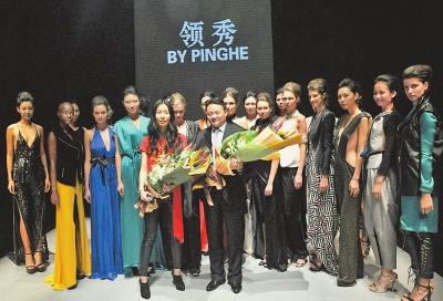 郑州领秀服饰携手英国著名青年设计师何平(前排左)亮相中国国际时