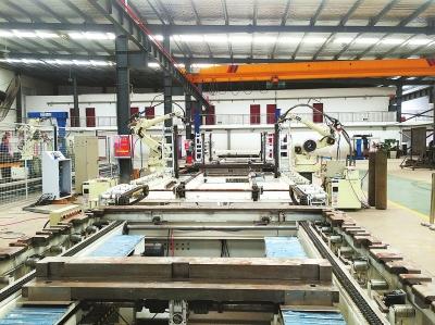 郑州科慧科技股份有限公司设计制造的机器人自动焊接生产线.