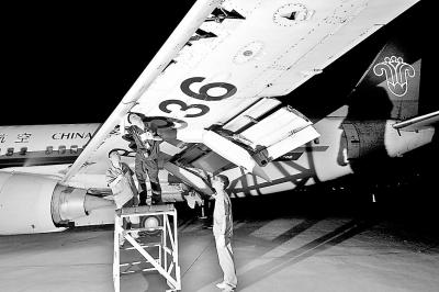 夜幕下的飞机维修师