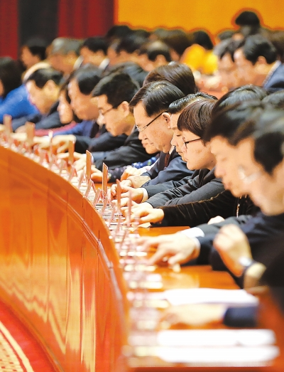 在省第十次党代会第二次全体代表大会上,代表们通过电子表决器进行