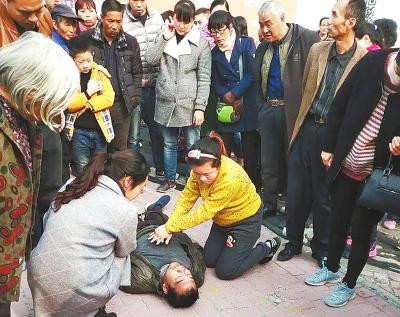 新乡怀孕护士街头跪地救人成网红-新华网河