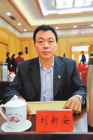 薛荣圆方集团党委书记     有幸参加党的十九大,我感到无比光荣