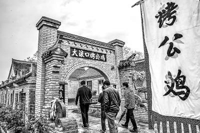 4月16日,游人在长垣县赵堤镇大浪口村参观游玩.