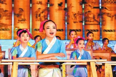在淅川县师德标兵先进事迹报告会上,学生们展演弟子规.图片