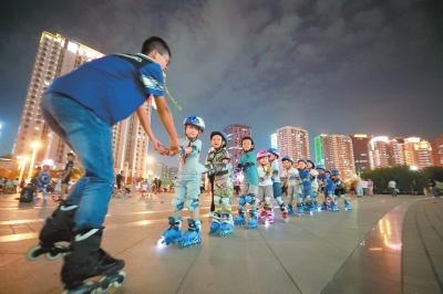 图①9月8日,夏邑县太平镇李庄村晨练健步走队在行走.